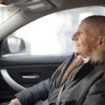 Oude man in een auto