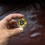 Cryptocentrische munten in de hand