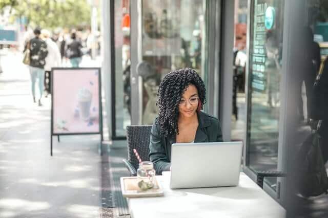 vrouw doet onderzoek op de laptop