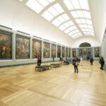 Mensen in de kunstgalerie