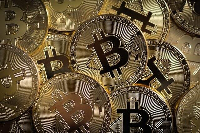 Een heleboel bitcoin munten op één plaats
