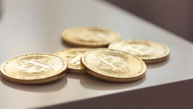 bitcoiny leżące na stole